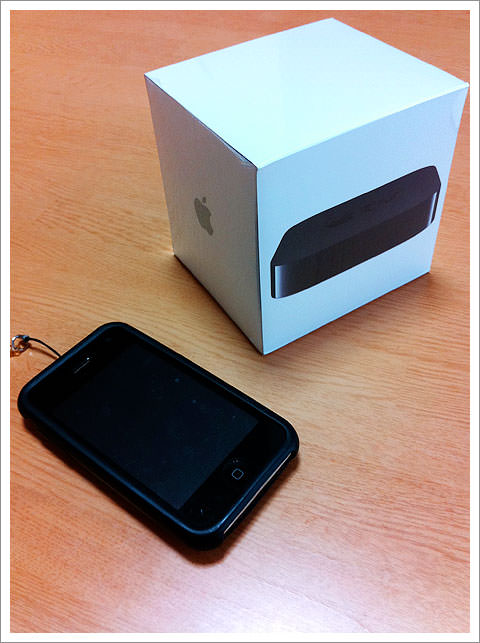 Apple TVとiPhone3Gで大きさ比較