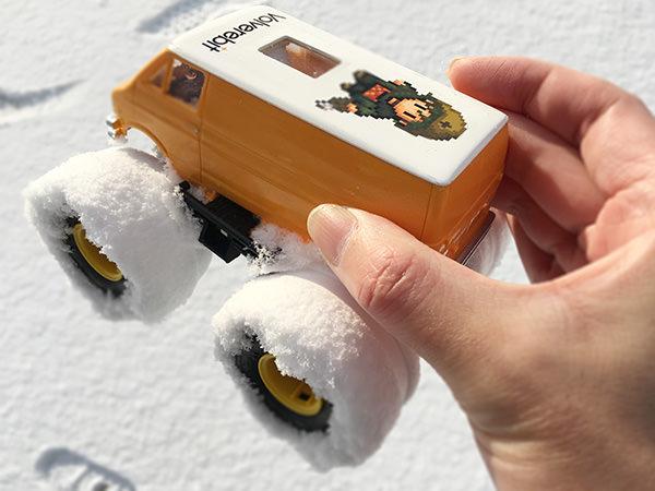 雪まみれのタイヤの写真
